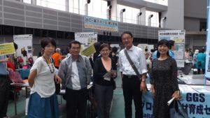 埼玉NGOネットのブースに来場された埼玉県の稲葉県民生活部長(左端)と小池国際課長(右端)